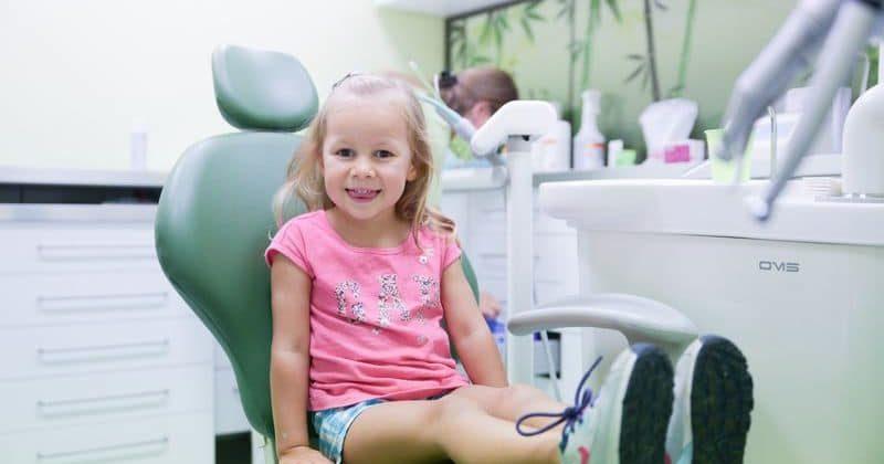 A gyermek első látogatása a fogorvosnál