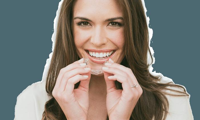 Esztétikus fogsor átlátszó fogszabályzóval? Igen, működhet!